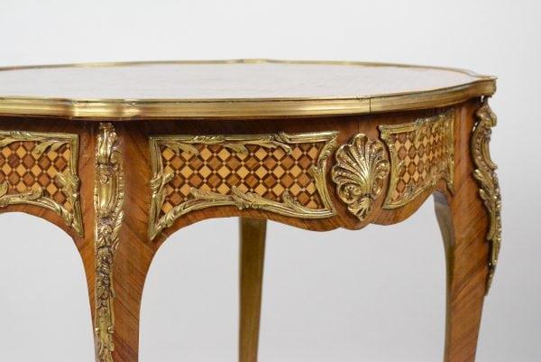 Rococo stiliaus stalas