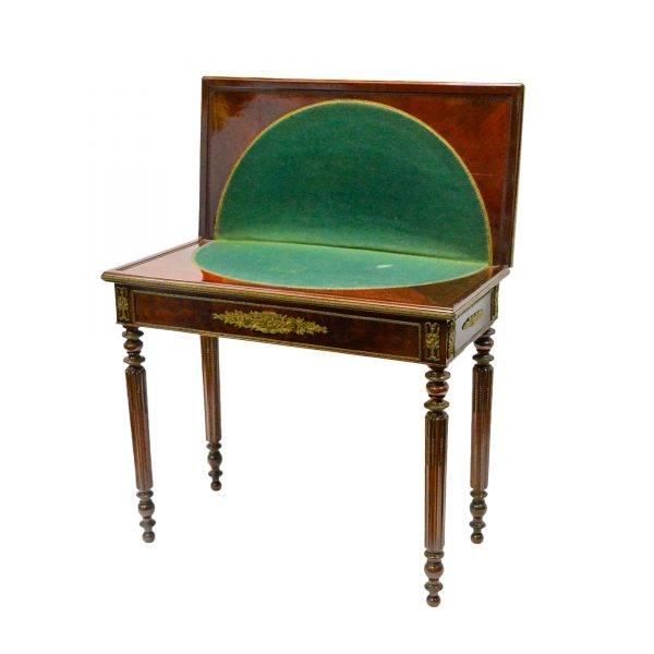 Elegantiškas raudonmedžiu faneruotas stalelis 19 a. vid.