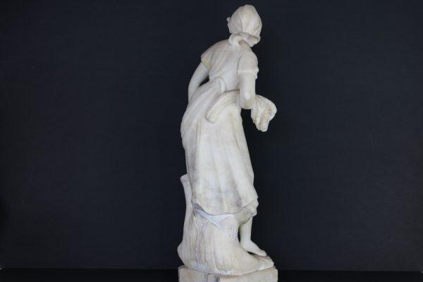 Alebastro akmens jaunos moters skulptūra