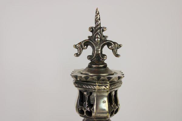 Neogotikos stiliaus pasidabruotu zvakidžiu pora