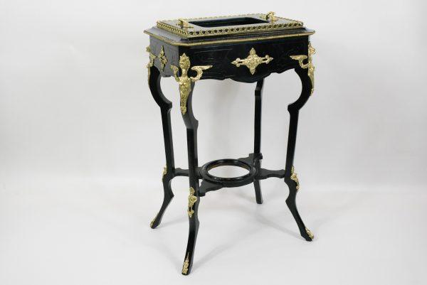 Napoleon III stiliaus staliukas