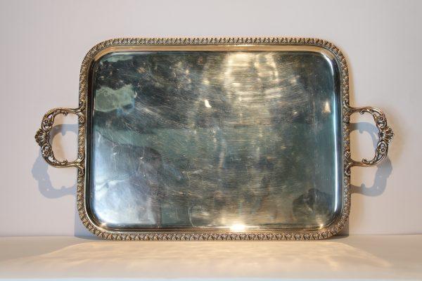 Elegantiškas antikvarinis pasidabruotas padėklas.