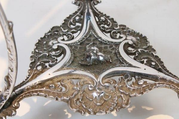 Metalinis rococo stiliaus staliukas