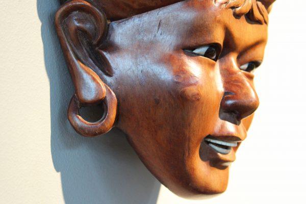 Indoneziškos raudonmedžio veidų skulptūros