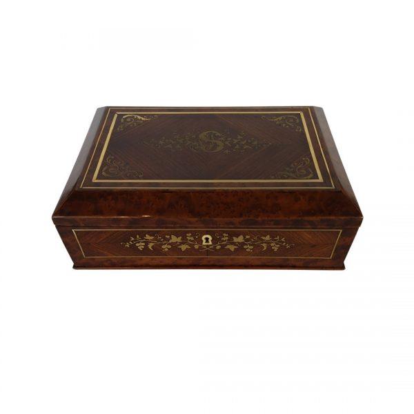 Raudonmedžio dėžutė su žalvario inkrustacijomis