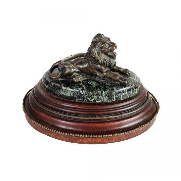 """Bronzinė skulptūra """"Besiilsintis liūtas"""" 19 a. pab."""