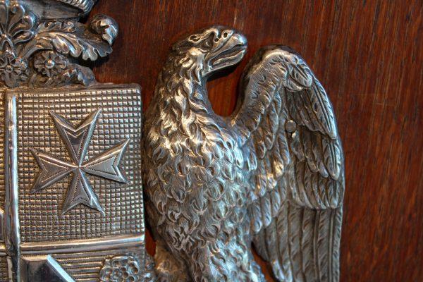 Antikvarinės medinės dekoracijos su emblema