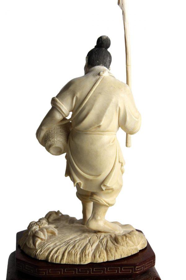 """Antikvarinė kaulinė skulptūra """"Krabų gaudytojas"""""""