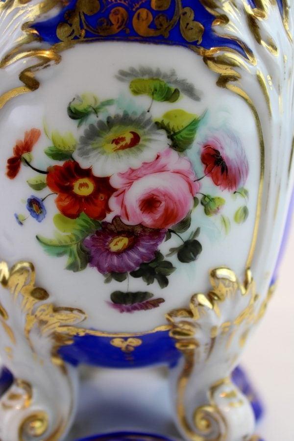 Rococo stiliaus porcelianinių vazų pora