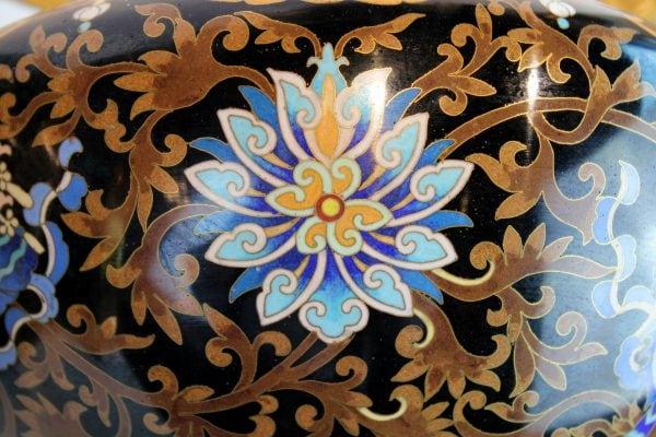 Kiniškos cloisonne vazos ant pakylų