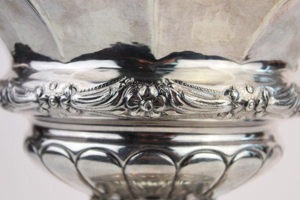 Neoklasicizmo stiliaus sidabrinė vaza