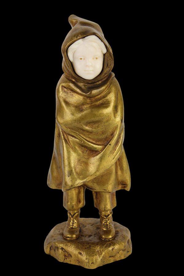 """A. Bofill skulptūra """"Berniukas su apsiaustu"""" 20 a. pr."""