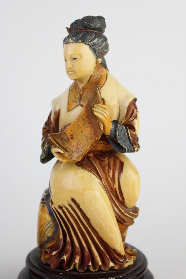 Antikvarinių kaulo skulptūrų pora