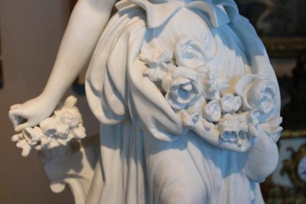 Rococo stiliaus biskvito skulptūros ant kolonų