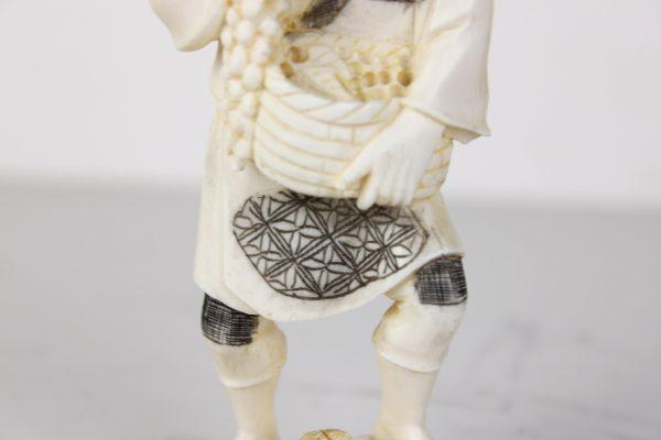 Antikvarinės kaulo skulptūrėlės